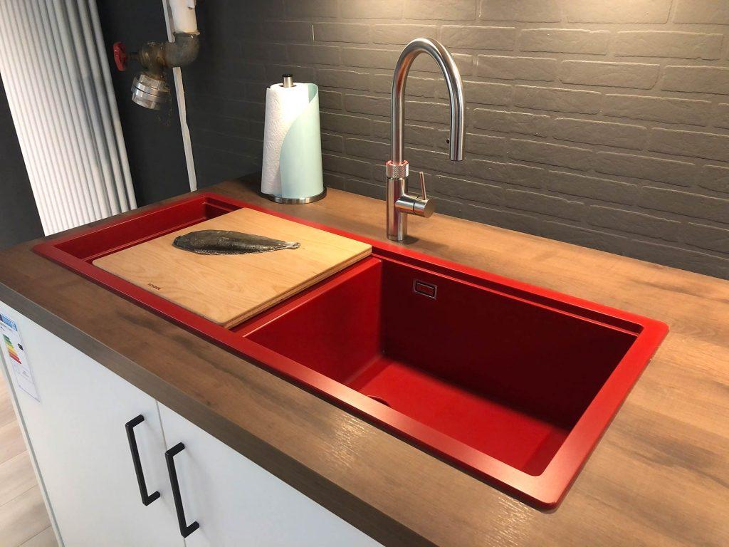 Quooker Wasserhahn rotes Spülbecken bei Möbel Rixen Kiel